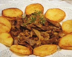 fegato con patatas salteada